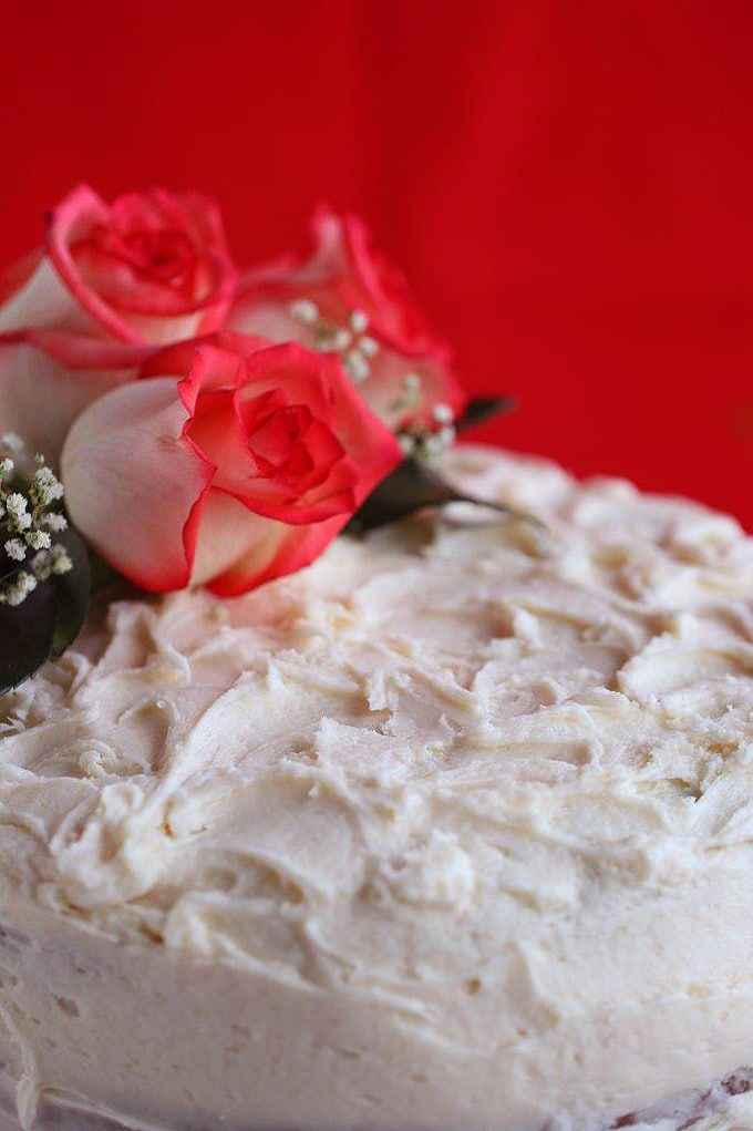 A close up of top of cake with roses on top